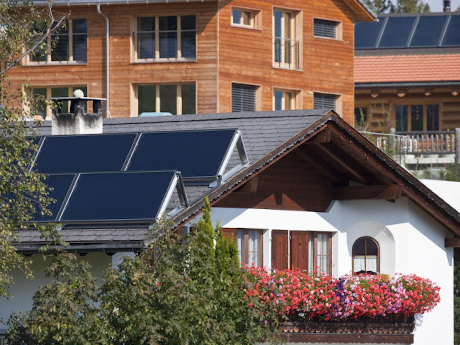Smarte Häuser sparen Strom: Solarzellen auf einem Hausdach in Flerden GR. (Keystone/Gaetan Bally)