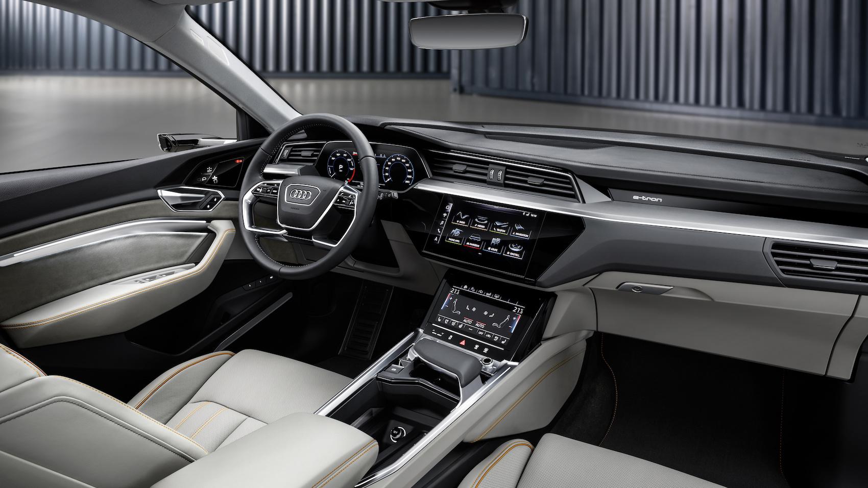 Der Audi e-tron besticht durch neu interpretierte, markentypische Formensprache, stilprägende Details, volle Vernetzung und Audi virtual cockpit.