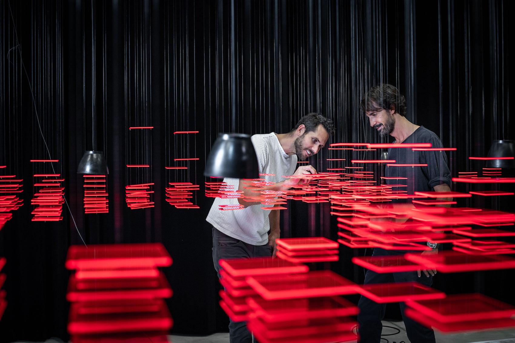 Florian Teuteberg (links) und Caspar Coppetti, hier in der Installation «Explorative Spatial Analysis» (2018) von Nadine Prigann an der Zürcher Hochschule der Künste (ZHdK).