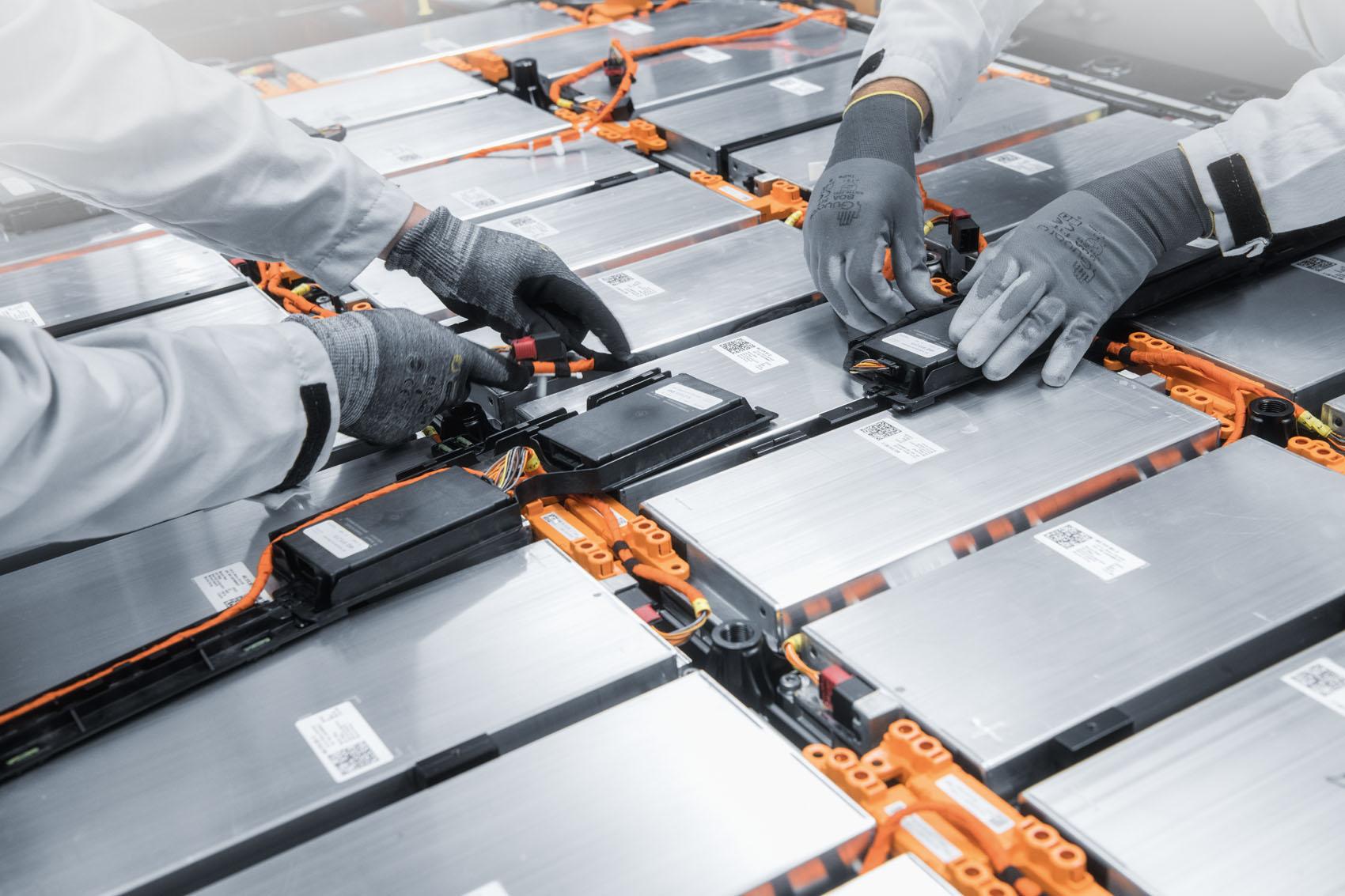 Lavoro manuale: I cavi di collegamento ai motori elettrici vengono posati manualmente.