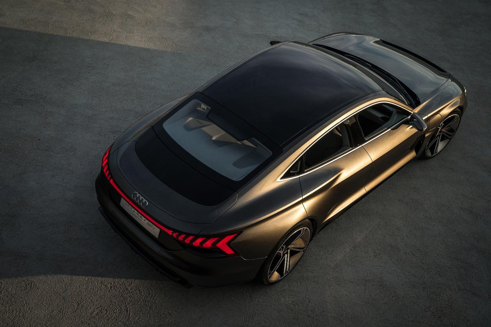 L'Audi e-tron GT concept si può ricaricare come uno smartphone, per induzione.