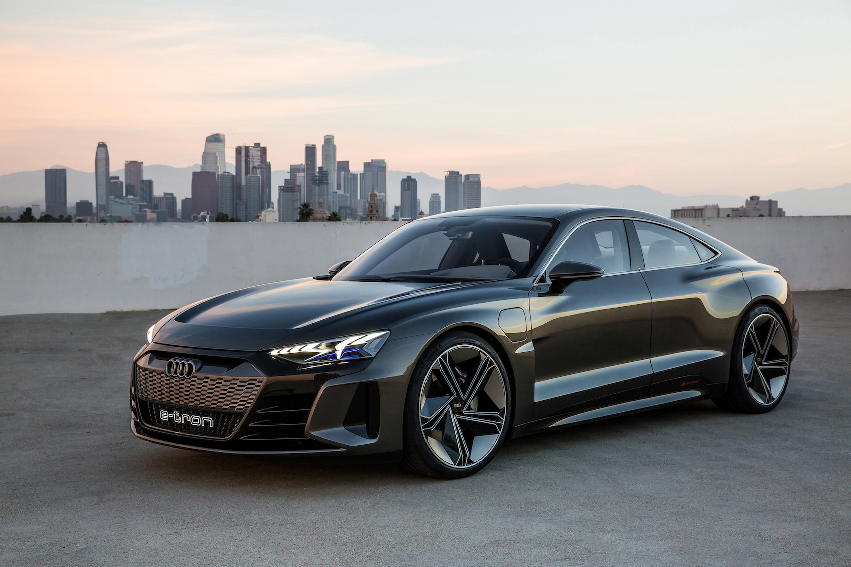 Sieht blitzschnell aus und ist es auch: Der e-tron GT concept vor der Skyline von Los Angeles. (AUDI)