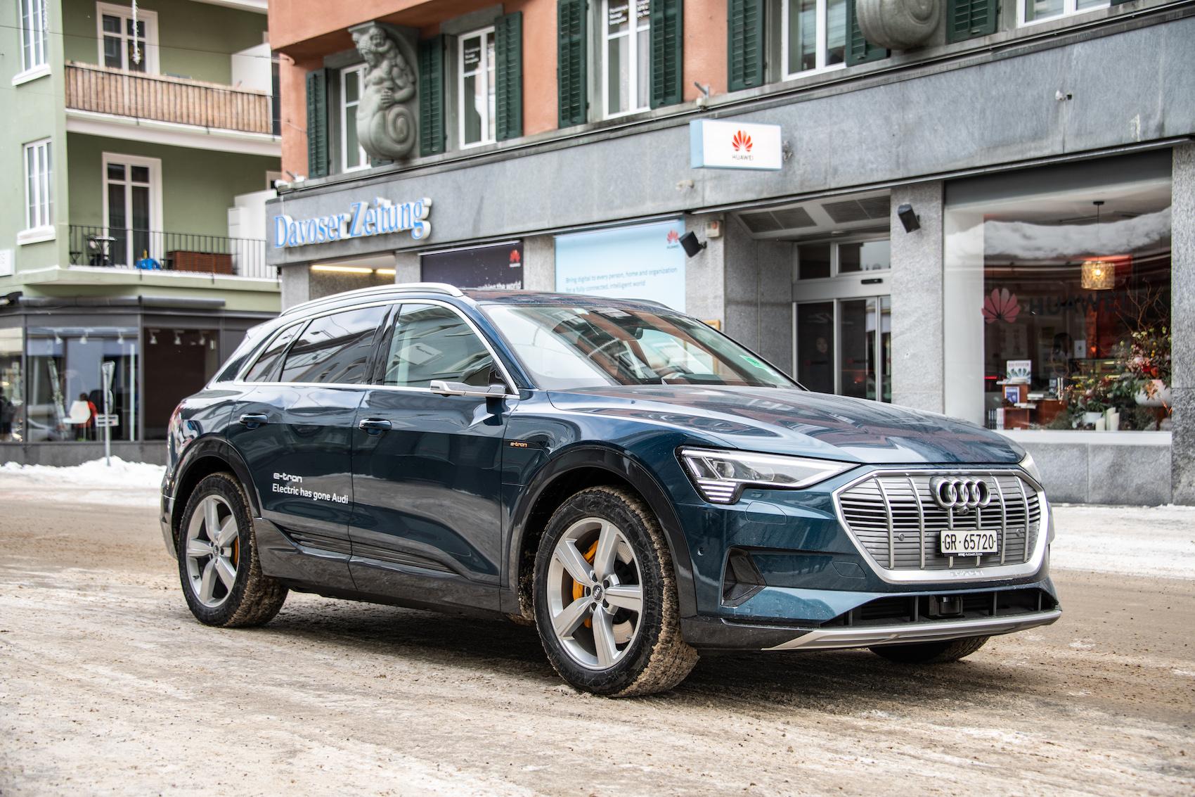 Il est insensible au froid des Alpes: un SUV Audi e-tron sillonnant Davos. (Photo: Adrian Bretscher)