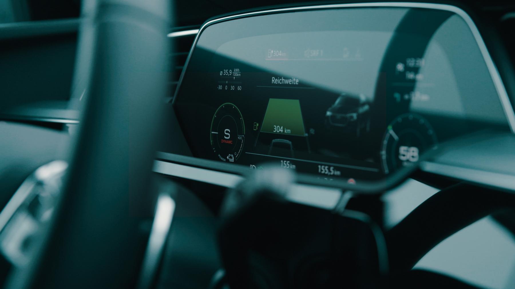 Wer geschickt fährt, steigert die Reichweite des Audi e-tron während der Fahrt.