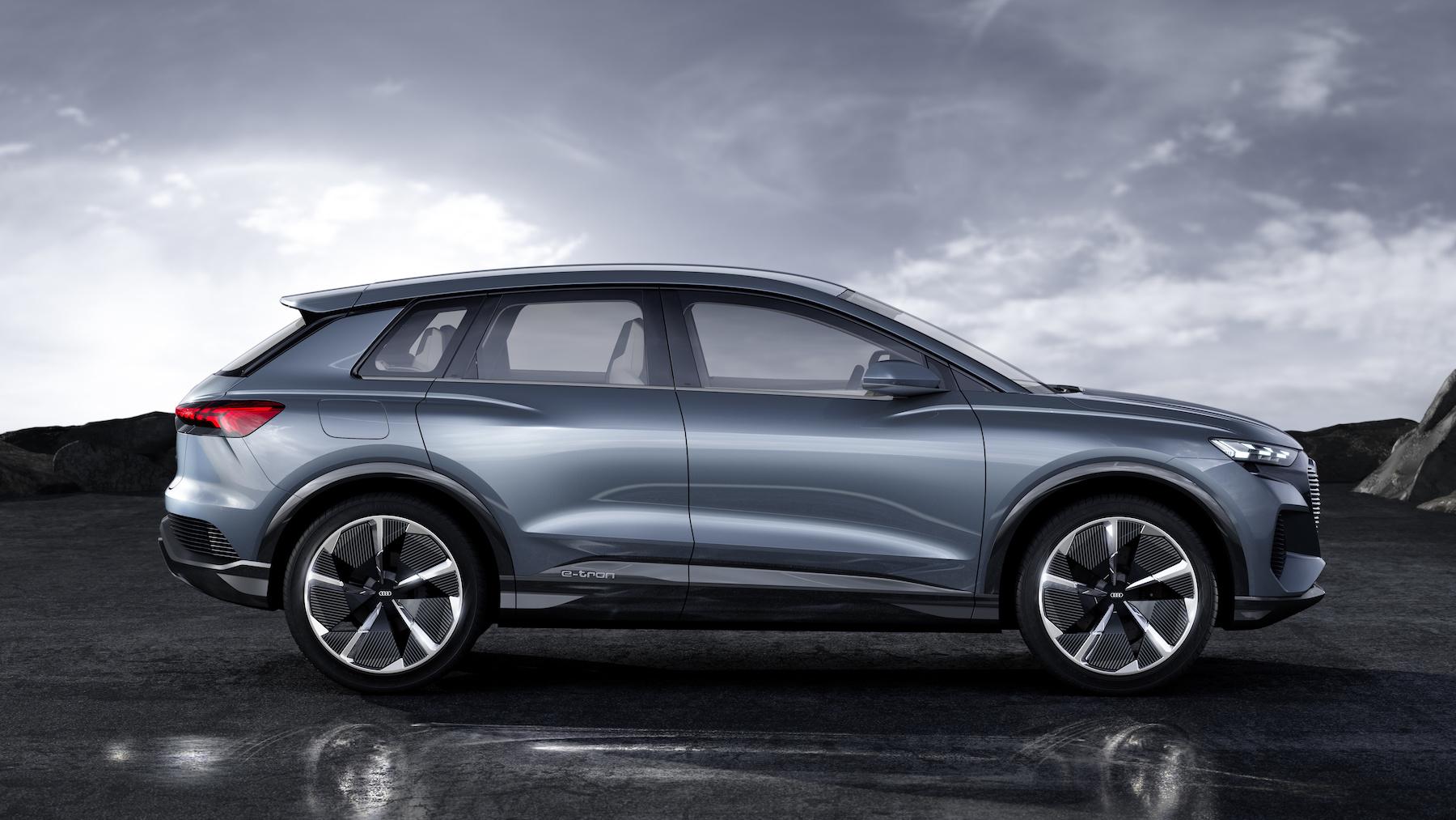 Markante Kotflügel, sportliche Dachlinie: Der Audi Q4 e-tron concept kommt dynamisch daher. (AUDI)