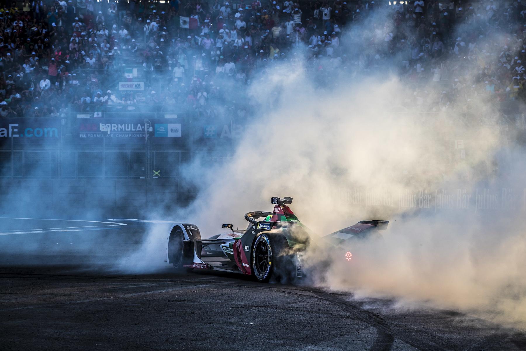 Il team Audi potrà festeggiare così anche a Berna? Dopo la vittoria a Città del Messico, Lucas di Grassi ha marcato l'asfalto con i suoi donut. (Audi Communications Motorsport/Michael Kunkel)
