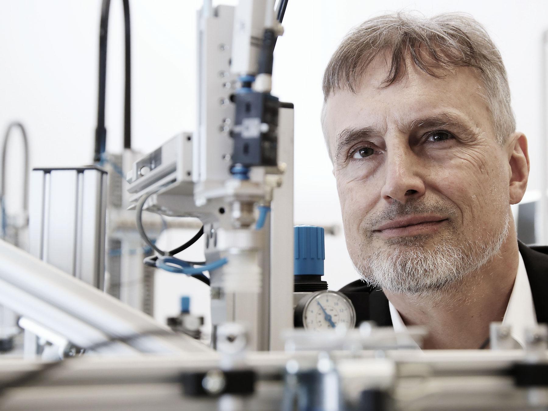 Er wollte schon mit 15 etwas bauen, was schlauer ist als er selber: Jürgen Schmidhuber im Labor.