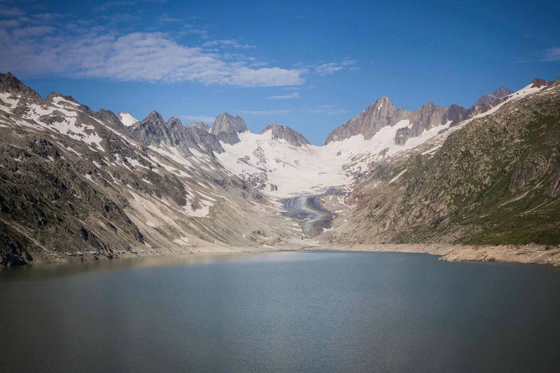 Il lago di Oberaar, al di sotto del ghiacciaio omonimo, è il più alto bacino idrico delle sorgenti dell'Aare nella zona del Grimsel.
