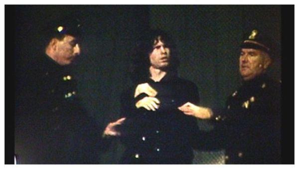 La policía deteniene a Jim Morrison