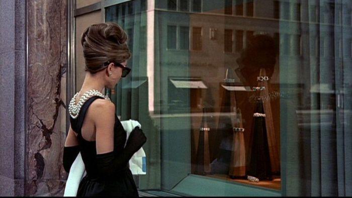 """Audrey Hepburn frente al escaparate de Tiffany´s en el film """"Desayuno con Diamantes"""" (1961)"""