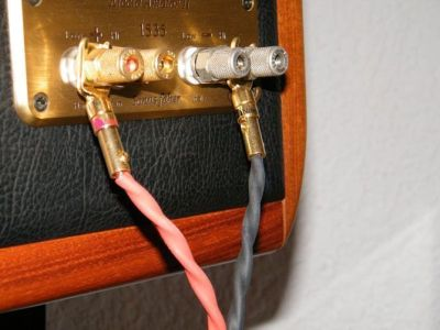 """Cables de altavoz """"CGes Cables"""" conectados en altavoces Sonus Faber"""
