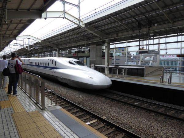 Tren bala en marcha llegando a la estación de Kyoto. Foto tomada por Xavier Sastre Silvestre con Panasonic TZ60
