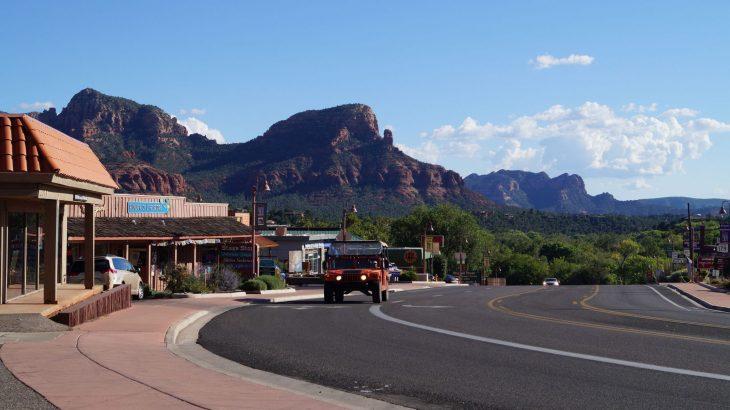 sedona Straße rote Berge Jeep