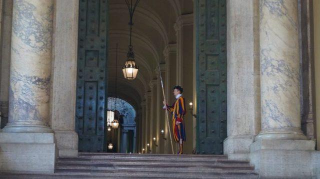 Schweizergarde am Petersdom im Vatikan