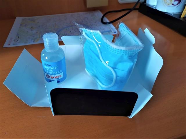 Masken und Desinfektionsmittel im Geisterhotel