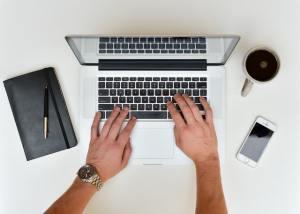 мужские руки печатают текст на ноутбуке