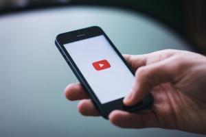 смартфон с youtube на экране