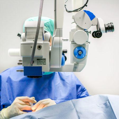 Augenarzt Dr. Friederike Dörner im Augenoperation