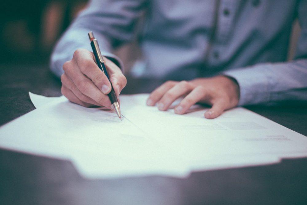Man schrijft op papier