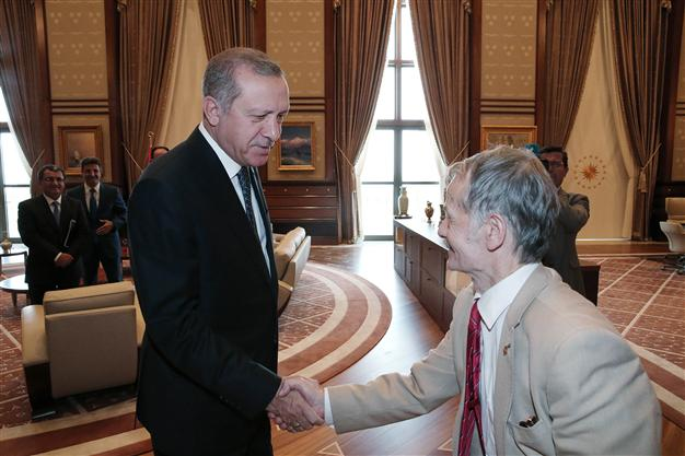 Le président Recep Tayyip Erdoğan et un des leaders des Tatars de Crimée, Mustafa Abdülcemil Kırımoğlu.