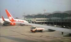 Menunggu antrian parkir pesawat untuk menurunkan penumpang di Beberapa maskapai yang sudah berdatangn ke Bandara Kualanamu