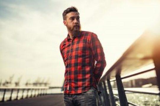 un hombre con barba