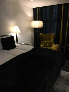 Huoneessa oli ison sängyn lisäksi myös pari mukavaa nojatuolia. Lilla Roberts, Helsinki