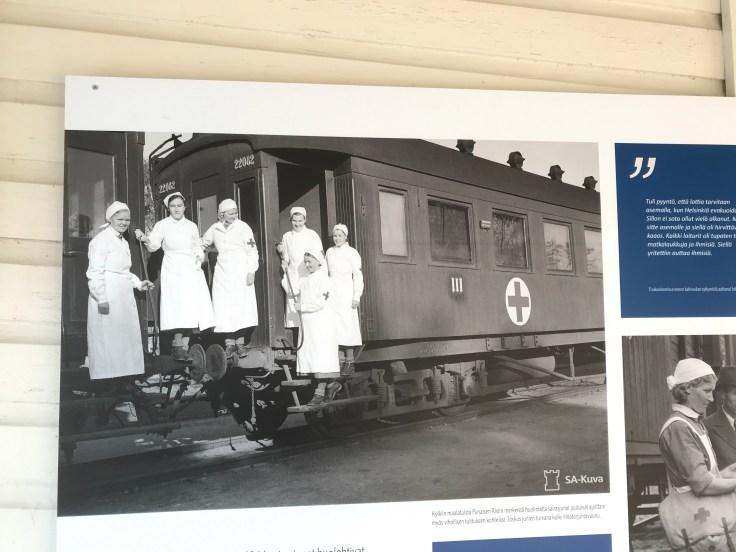 Lääkintälotat sairaalajunan portailla, lottamuseo