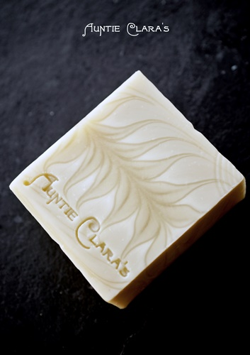 The Ghost Swirl is a technique where a deliberate two dimensional design is 'conjured' onto the cut surface of soap without the use of any added colourant. It's not essential whether the design is swirled with a skewer or a hanger, poured or spun, in the pot or in the mould. Essential is only that contrasting shades are achieved purely by manipulation of water content and heat