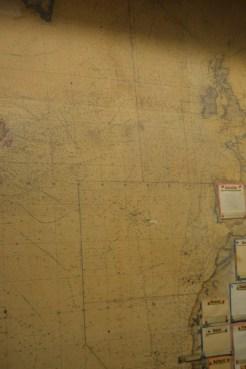 Tausende kleine Pinnadel-Stiche, wo Markierungen gemacht und wieder entfernt wurden