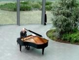 Der Mann am Klavier. Mitten unter einer Masse Mensch und trotzdem einsam