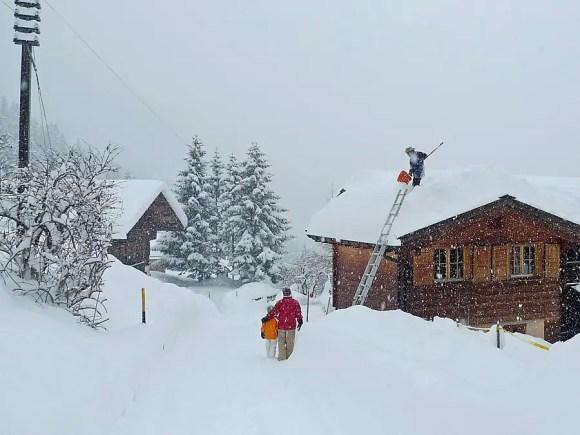 In Arosa werden hin und wieder sogar die Dächer vom Schnee befreit
