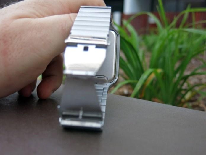 Sony-Smartwatch3-AccessChargingPort