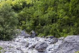 Steine und Geröll im trockenen Bach