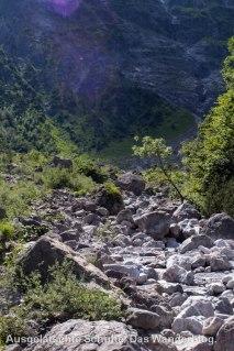 Ausgetrocknetes Flussbett auf dem Weg zur Eiskapelle
