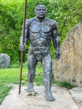 Skulptur Neanderthaler