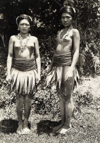 Bontoc Igorot tribeswomen in wear skirts of leaves. Photographer Charles Martin. Location- Luzon Island, Philippines.