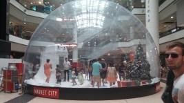 Das ist tasächlich eine Plastikblase mit Luftschleuse, in der Kunstschnee liegt. ... In einem Einkaufszentrum