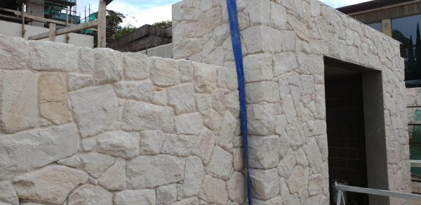 white irregular sandstone wall cladding and matching stone corners in home wall design in Sydney