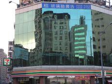 7-Eleven Convenience Store mit Großstadtkulisse