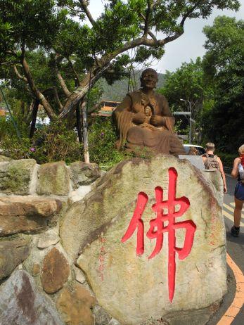 Buddha am Anfang des Wanderwegs