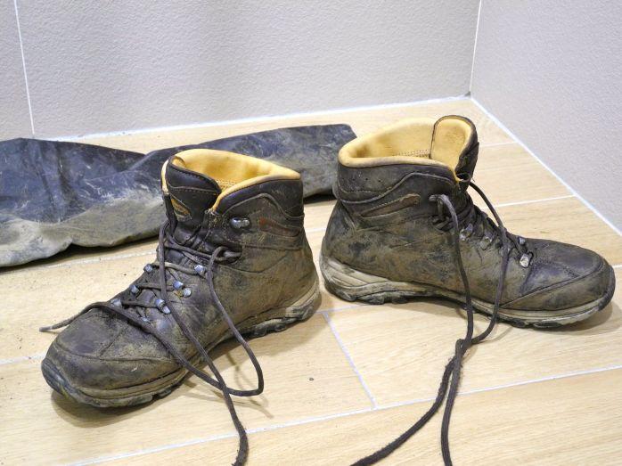Schuhe und Hose, nach der Wanderung