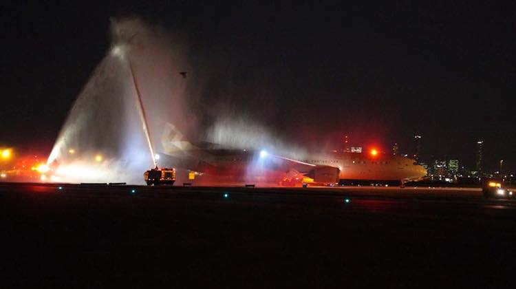 Etihad's inaugural 787-9 service to Brisbane receives a water cannon welcome. (Brisbane Airport/Facebook)