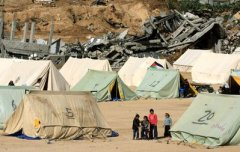 Palestinian+children+stand+beside+tents+housing+displaced+families+in+Jabaliya,+in+the+northern+Gaza+Strip.+(Wissam+Nassar,+Maan+Images)