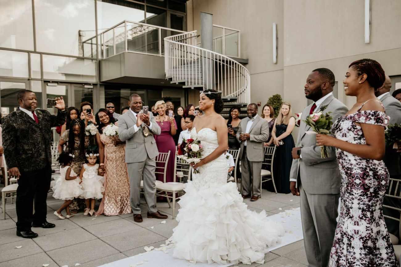 Bride walking down the aisle Ventanas