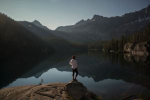 Photo of a woman on a hike in the mountains. She is struggling with traumatic memories and wants to start EDMR therapy in south Denver. She is going to begin PTSD treatment in Castle Rock, CO this week. | 80109