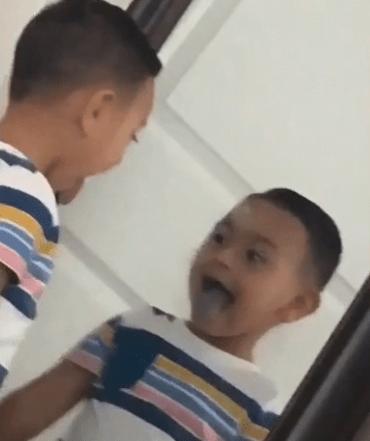 baiat in oglinda