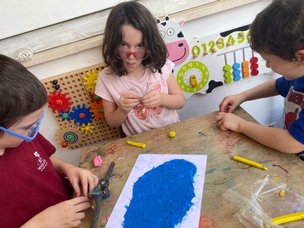 שלושה ילדים עושים ביחד יצירה - הפעלות בבידוד