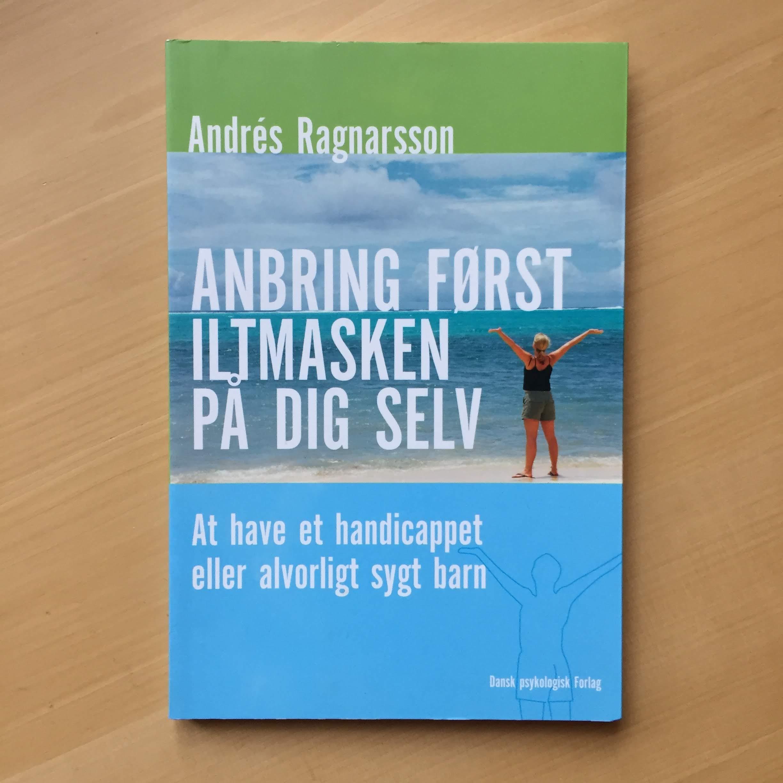 Anbring først iltmasken på dig selv af Andrés Ragnarsson 25 kr.