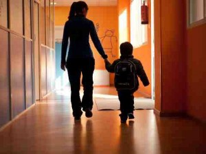 María Tudela acompaña a un niño, a la salida del tratamiento. M.T.